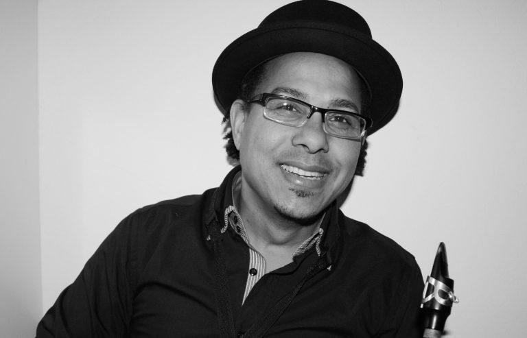 """Saxophonist Leandro Saint-Hill Montejo wurde in Camagüey (Kuba) geboren. Im Alter von 7 Jahren begann er den Geigenunterricht, woraufhin er sich im Alter von elf Jahren intensiv dem Saxophon Unterricht mit dem renomierten Lehrer Maio Lombida widmete. Nach seinem Abgang von der Jose White Music School, begann er am Musik Konservatorium in Las Tunas zu unterrichten. Seit 1994 ist Hamburg sein Hauptsitz. Saint-Hills einzigartiger funky Sound macht ihn zu einem der gefragtesten Saxophonisten der Latin-Funk-Szene in Europa. Er arbeitet derzeit als Holzbläser, Sänger und Komponist mit seiner Band """"St-Hill & Colectivo"""". Für seine Performance auf Omar Sosas Live-Album """"Across The Divide"""" erhielt er 2008 sogar eine Grammy-Nominierung. Heute spielt Saint-Hill als Mitglied bei: Omar Sosa Quintet, 4to Chanchullo, T. Martinez & The Cuban Power und natürlich der Upper East Side Band."""