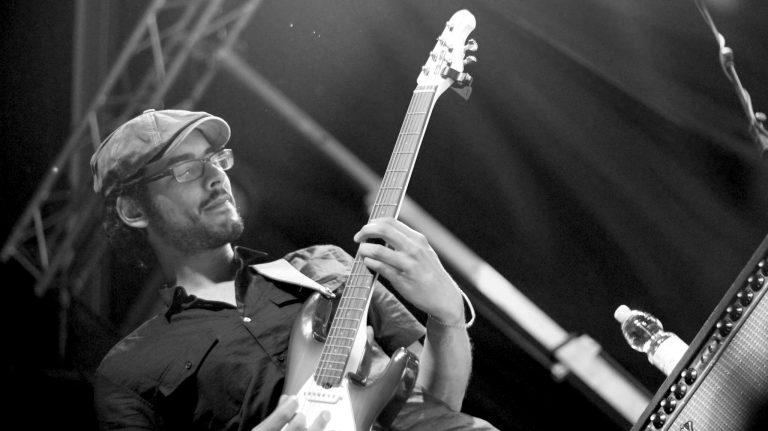 Gitarrist Moe Khaled Hassan ist ein absolutes Naturtalent. Seit seinem 10. Lebensjahr ist die Gitarre die Liebe seines Lebens und größte Leidenschaft. Neben Bühnenperformances besitzt und leitet Moe einen sehr gefragten Gitarrenladen im Herzen von Berlin. Moe hat darüber hinaus in diversen Livebands gespielt und an zahlreichen Studioproduktionen teilgenommen. Ganz gleich ob Rock, Blues, Funk, Soul oder Pop: Moe ist ein vielseitiger Vollblutmusiker.