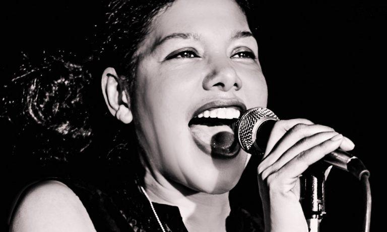 """Saudia Young ist eine Jazz & Blues inspirierte Sängerin und Performerin aus New York City. Nach dem Theater, Tanz- und Gesangsstudium etablierte sie sich als respektable Künstlerin in der deutschen und amerikanischen Musikszene. Nach ihrem EP Debüt """"Artboy Love"""" in 2007 folgte im Jahre 2013 die selbstbetitelte EP """"Saudia Young"""". Saudia steht regelmäßig mit ihrer Rockabilly Blues Band auf Berliner Clubbühnen."""